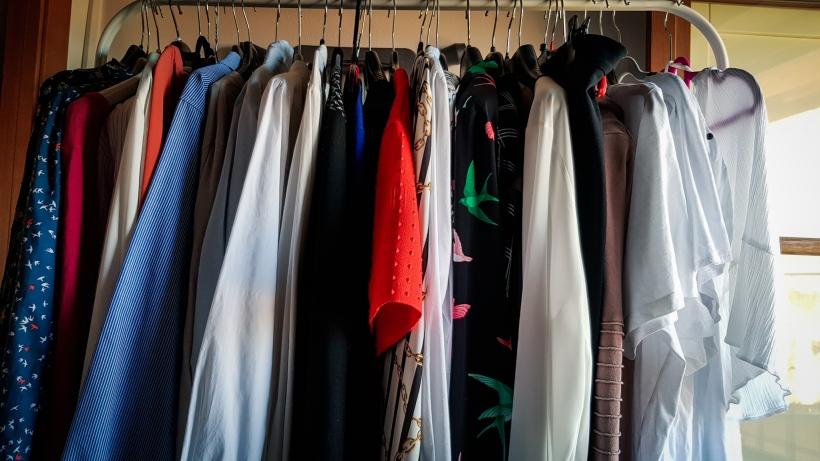 abbigliamento taglie comode appeso su stampelle